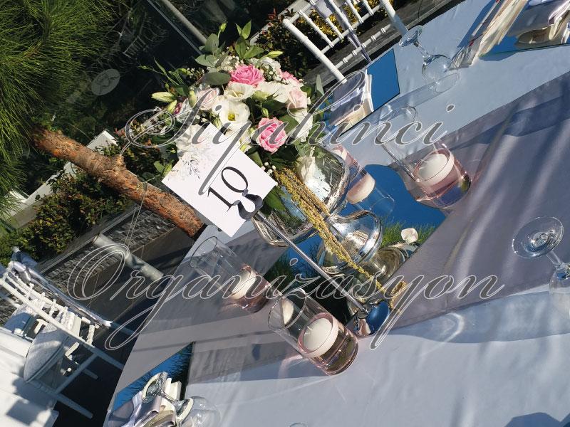 Masa Dekorasyonu - Beyaz ve Gümüş Konsept - Tombik Vazo - Canlı Çiçek